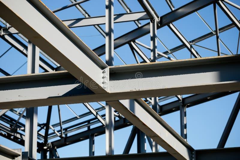Struttura d'acciaio di nuova costruzione nella costruzione - dettaglio unito della trave - profondità di campo bassa fotografie stock