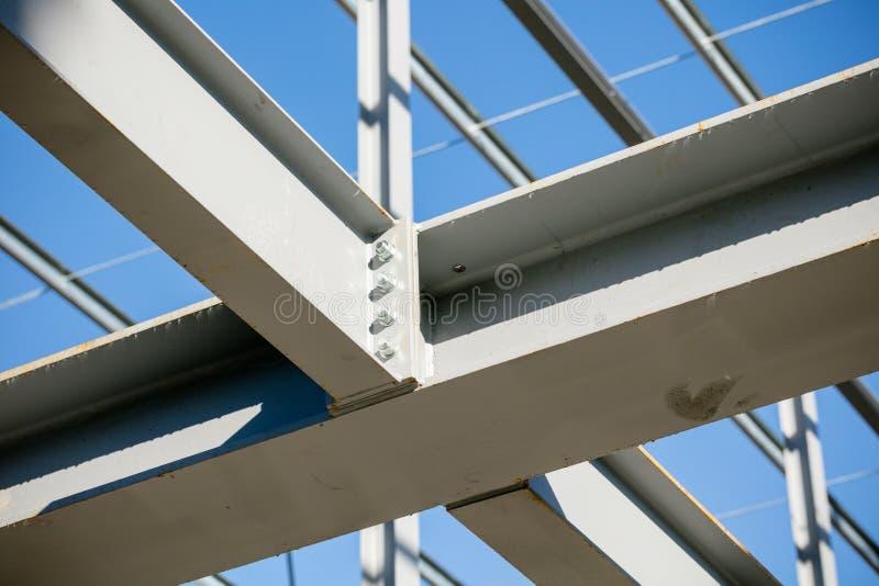 Struttura d'acciaio di nuova costruzione nella costruzione - dettaglio unito della trave - profondità di campo bassa fotografie stock libere da diritti