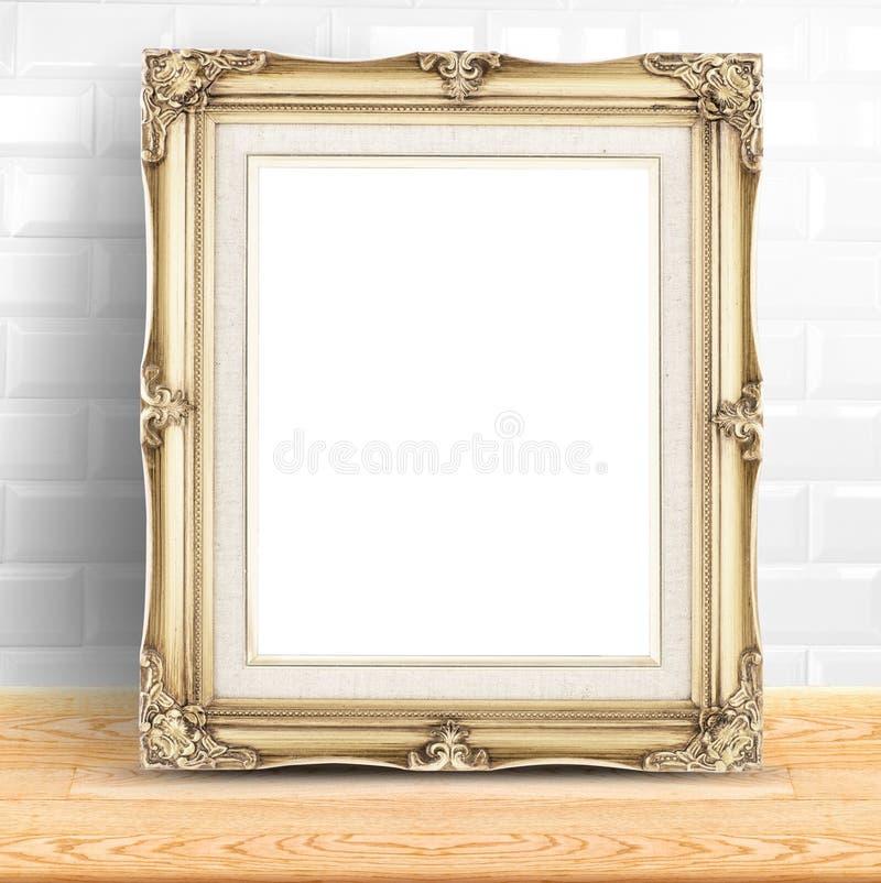 Struttura d'annata dorata della foto alla parete e al woode bianchi delle piastrelle di ceramica fotografia stock libera da diritti
