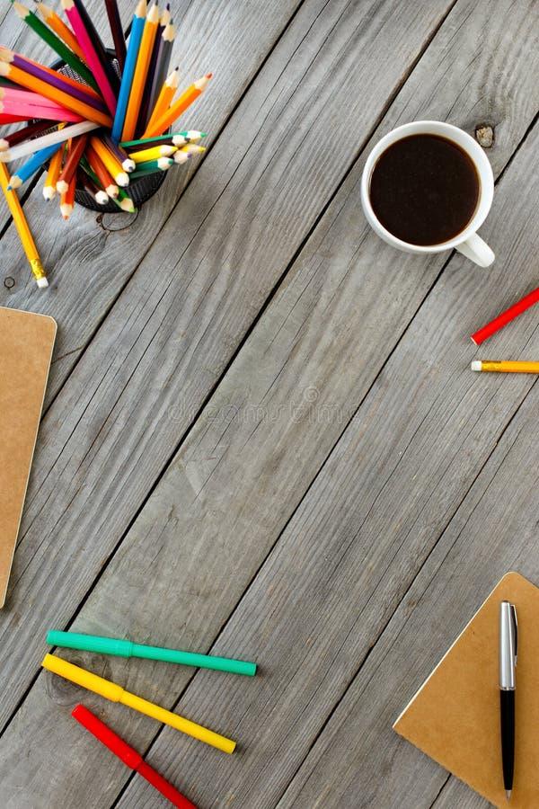 Struttura dalle matite colorate, blocco note, Pen And Coffee fotografia stock libera da diritti
