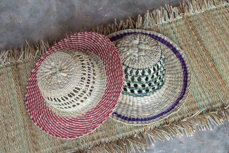 Struttura del cappello e della stuoia del lavoro in vimini fatta dal fondo asciutto del carice Struttura di superficie del primo  fotografie stock