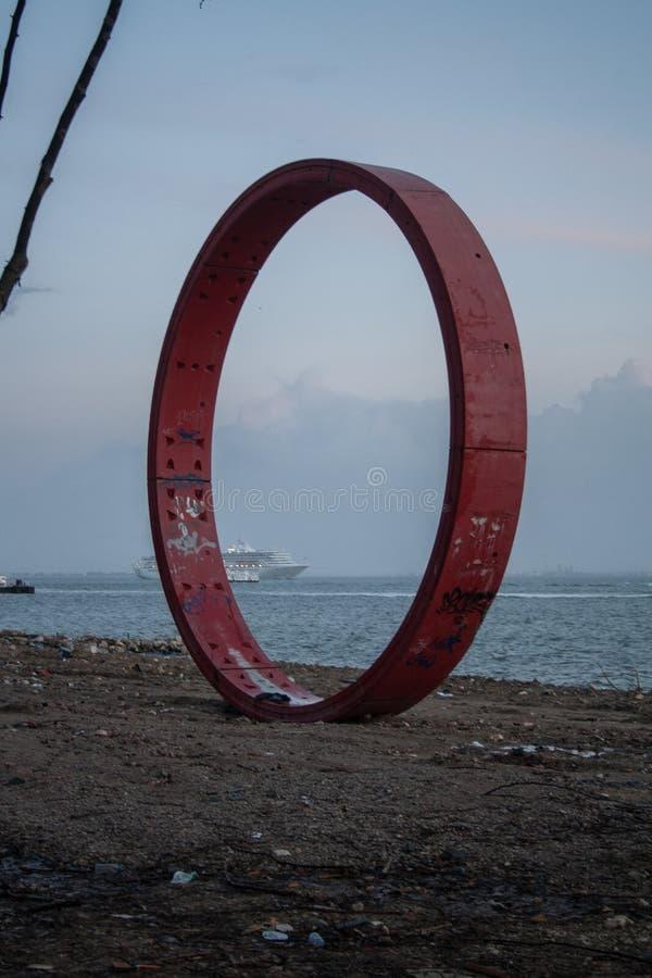 Struttura del cerchio del ferro vicino al Tago a Lisbona fotografie stock