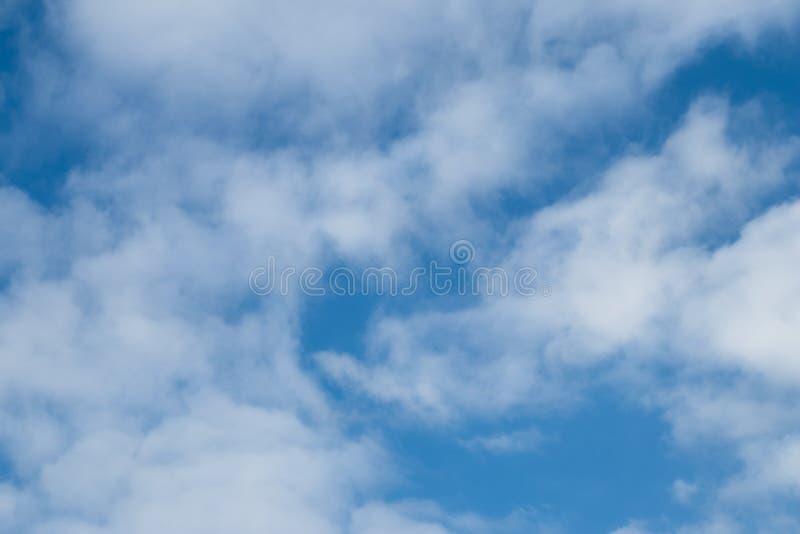 Struttura del cielo blu con le nuvole l'azzurro si appanna il fondo Struttura dello spazio Scena naturale di cloudscape Modello a fotografia stock