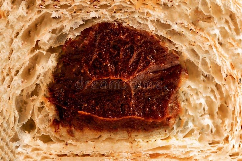 Struttura del croissant con cioccolato Macro Croissant fresco da fotografia stock libera da diritti