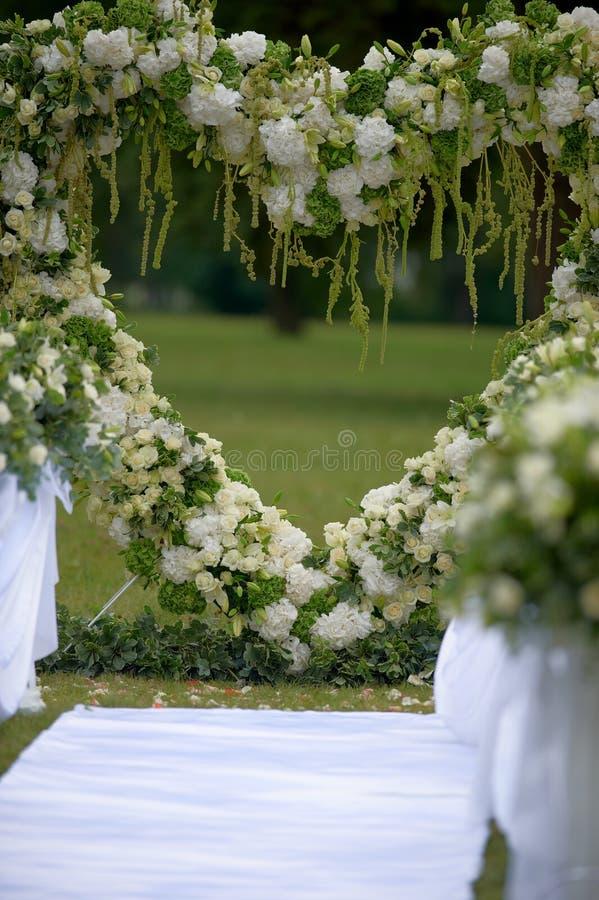 Struttura del cuore fatta di bei fiori Arco fatto per nozze cer immagini stock libere da diritti