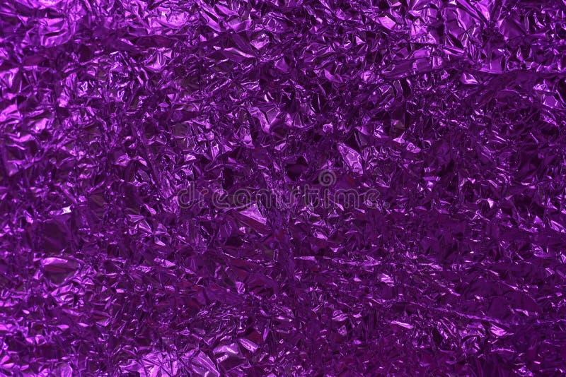 Struttura del fondo sgualcita porpora del di alluminio fotografia stock