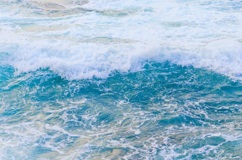 Struttura del mare di vista superiore Superficie di schiumatura dell'acqua blu fotografia stock