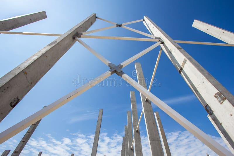 Struttura del metallo della costruzione e delle colonne concrete immagine stock