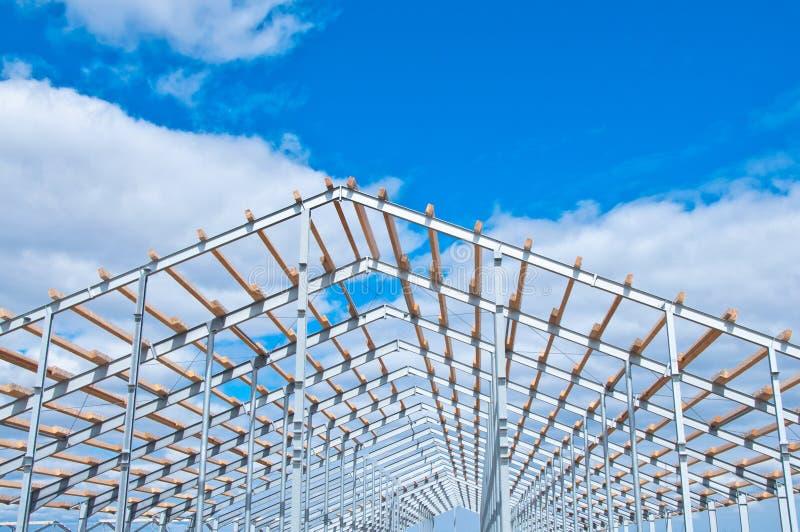 Struttura del metallo di nuova costruzione contro il cielo blu con le nuvole immagine stock libera da diritti