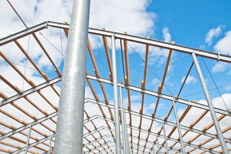 Struttura del metallo di nuova costruzione contro il cielo blu con le nuvole fotografia stock