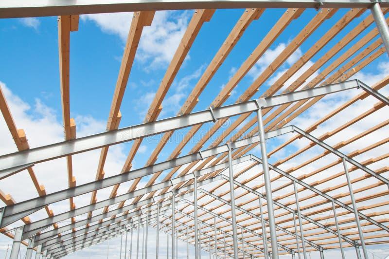 Struttura del metallo di nuova costruzione contro il cielo blu con le nuvole immagine stock