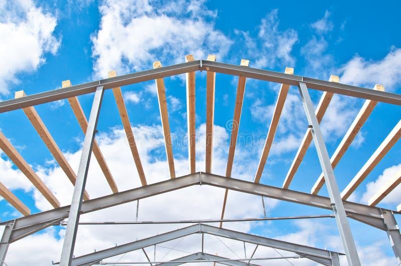 Struttura del metallo di nuova costruzione contro il cielo blu con le nuvole fotografie stock libere da diritti