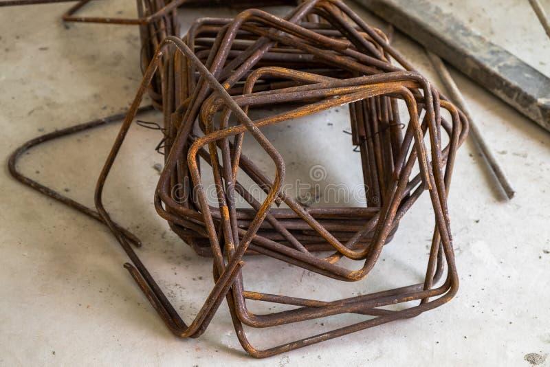 Struttura del metallo nella costruzione di calcestruzzo della posta negli impianti di costruzione immagini stock