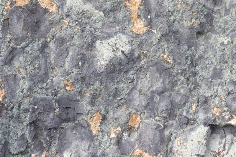 Struttura del minerale metallifero dell'oro Fondo di pietra grigio La superficie del marmo con un marrone immagine stock