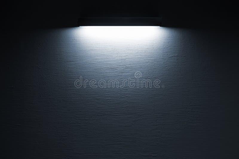 Struttura del muro di cemento scuro con la luce del punto fotografia stock libera da diritti
