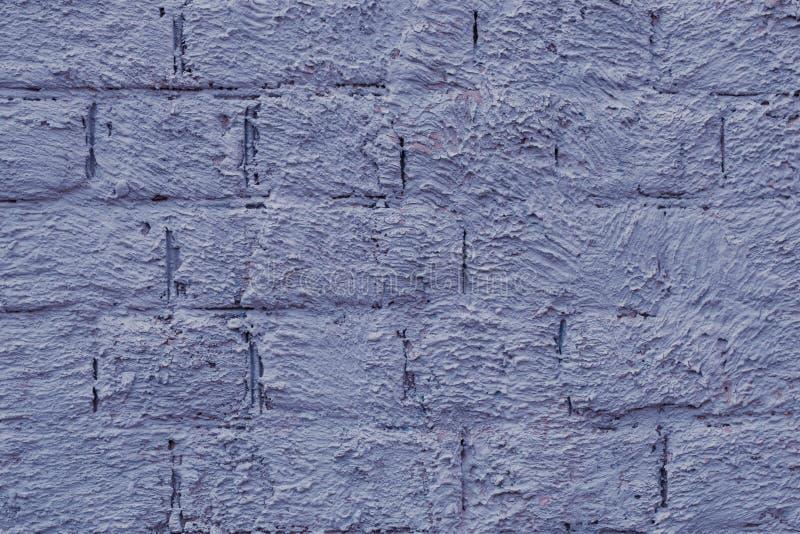 Struttura del muro di mattoni dipinto porpora Fondo viola di lerciume di struttura del muro di mattoni Il vecchio cemento ha dipi fotografia stock