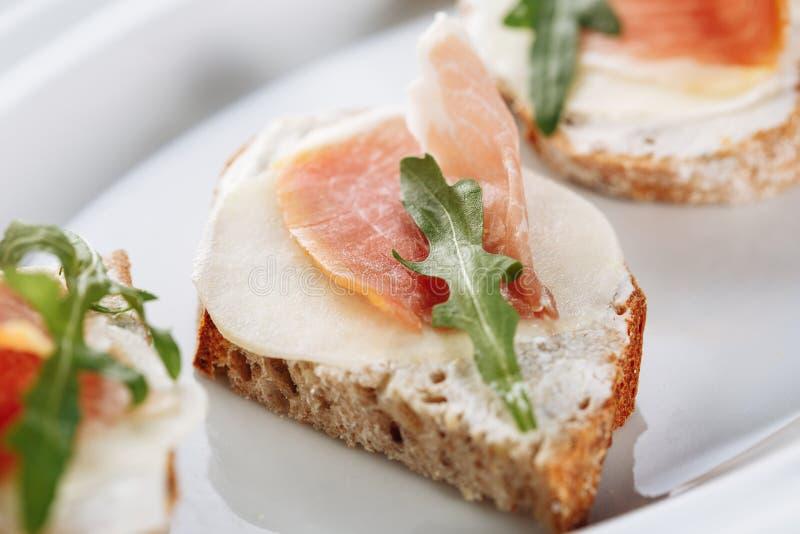 Struttura del panino del pane della mozzarella di prosciutto di Parma macro fotografia stock libera da diritti