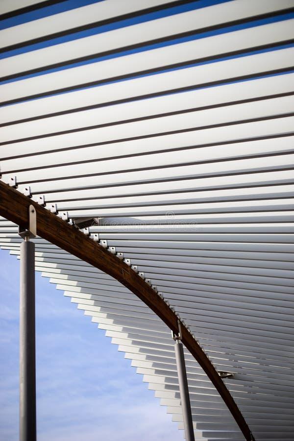 Struttura del parasole del metallo di progettazione sul parco pubblico immagini stock libere da diritti