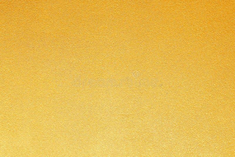 Struttura dell'estratto del muro di cemento dell'oro nei modelli approssimativi senza cuciture per fondo fotografie stock