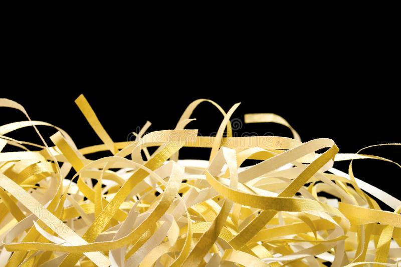 Struttura della carta e giallo di riutilizzazione tagliuzzati primo piano fotografia stock libera da diritti