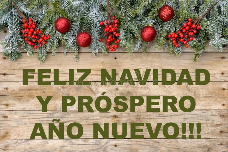 Struttura della cartolina di Natale, albero di abete con le palle rosse di scintillio e bacche su fondo di legno approssimativo p immagini stock