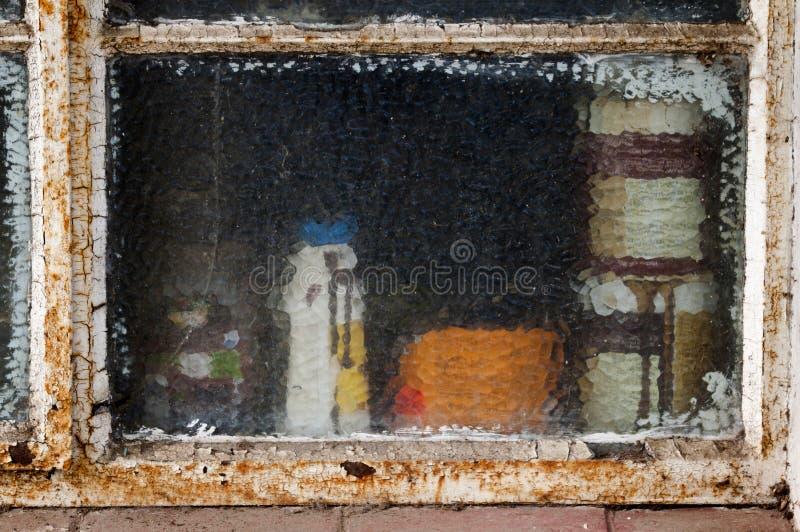 Struttura della finestra arrugginita e scheggiata del metallo con vetro incrinato fotografie stock libere da diritti