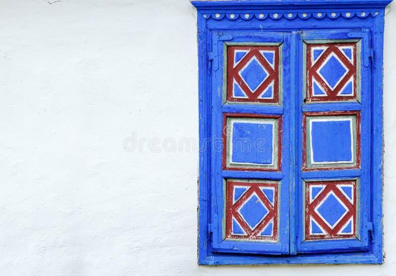 Struttura della finestra stagionata con le belle decorazioni blu fotografie stock