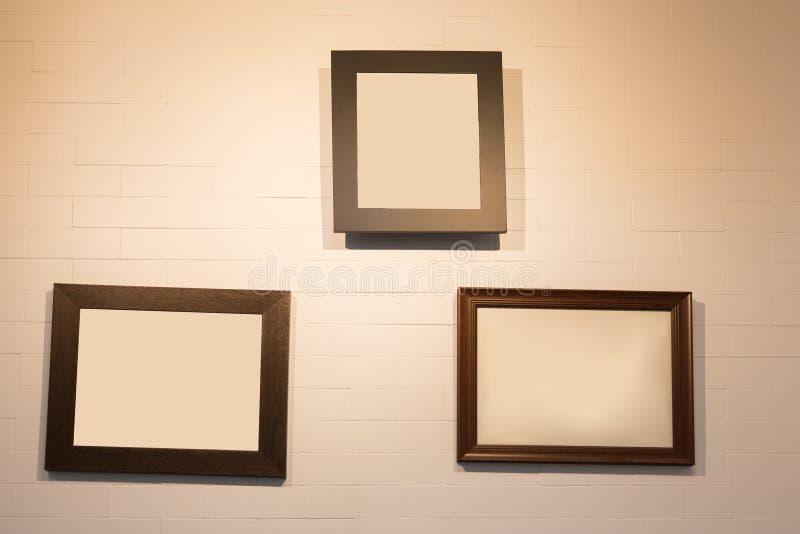 Struttura della foto che appende sulla parete bianca, interno della decorazione immagine stock