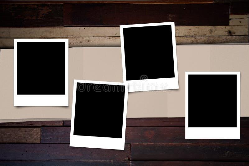 Struttura della foto della polaroid su legno fotografia stock libera da diritti