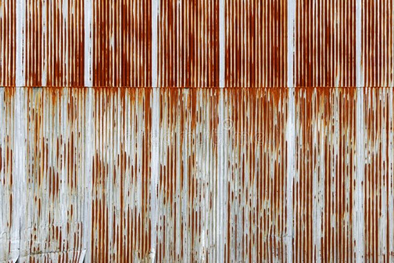 Struttura della lamina di metallo ondulata arrugginita, piatto galvanizzato del ferro immagine stock