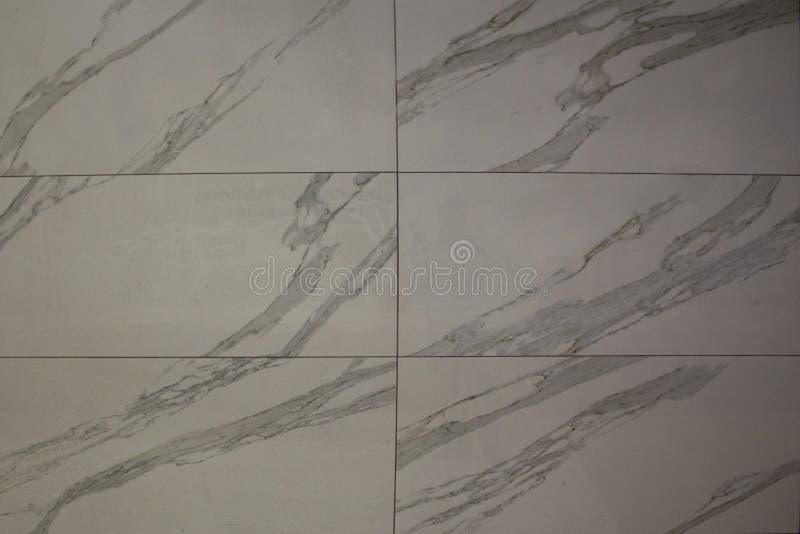 Struttura della parete con le mattonelle grige bianche con le linee grige fotografie stock libere da diritti
