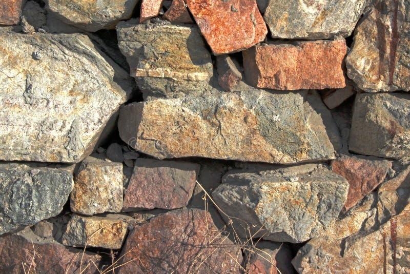 Struttura della priorit? bassa Vecchia parete di pietra accesa dal sole fotografia stock libera da diritti
