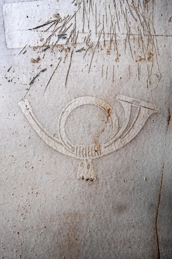 Struttura della superficie di un vecchio, usato, d'argento, grigio, cassetta delle lettere, macchie della ruggine, posthorn, pitt immagine stock libera da diritti