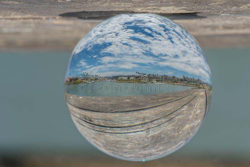 Struttura della tavola di picnic con la scena dell'oceano di là immagine stock libera da diritti