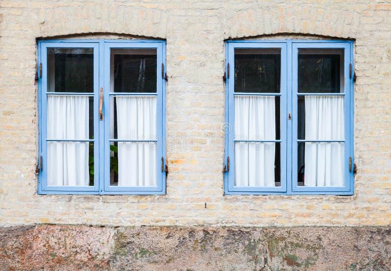 Struttura delle finestre nei telai di legno blu fotografie stock
