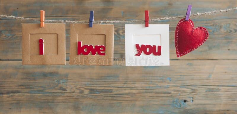 Struttura di carta della foto con il messaggio scritto che compitano ti amo e la r fotografia stock