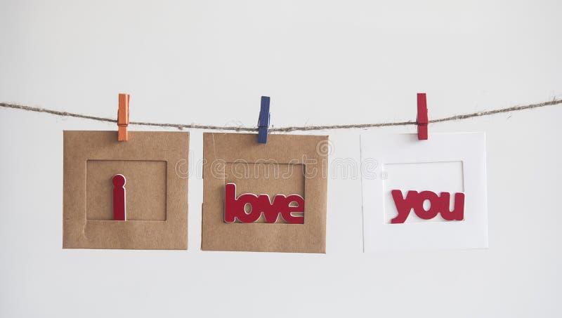 Struttura di carta della foto con il messaggio scritto che compitano ti amo e la r immagini stock libere da diritti
