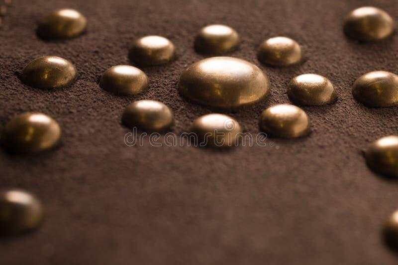 Struttura di cuoio marrone d'annata con il fondo della decorazione del metallo fotografie stock
