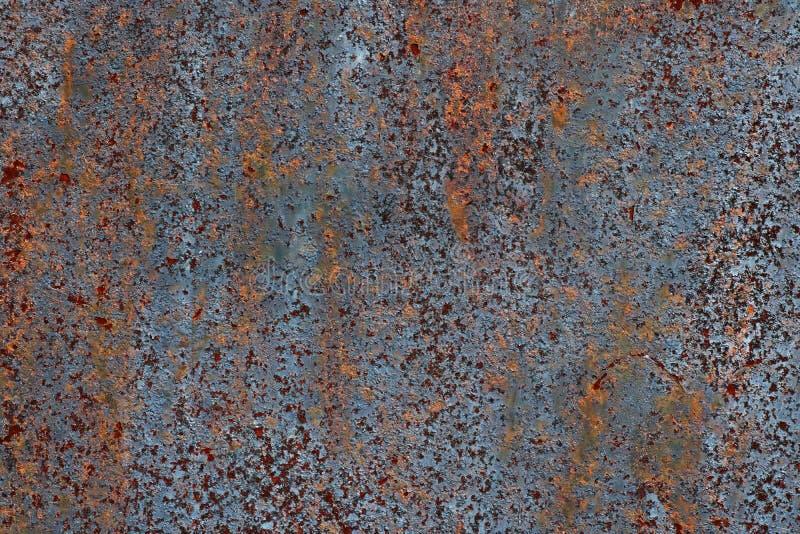 Struttura di ferro arrugginito, pittura incrinata su una vecchia superficie metallica, strato di metallo arrugginito con pittura  fotografia stock libera da diritti
