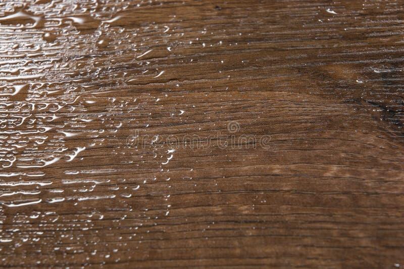 Struttura di legno di Brown con le gocce di acqua sottragga la priorità bassa fotografia stock libera da diritti