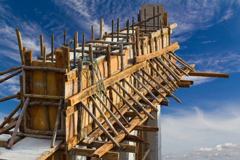 Struttura di legno con i fasci e le nuvole concreti del cielo immagini stock libere da diritti