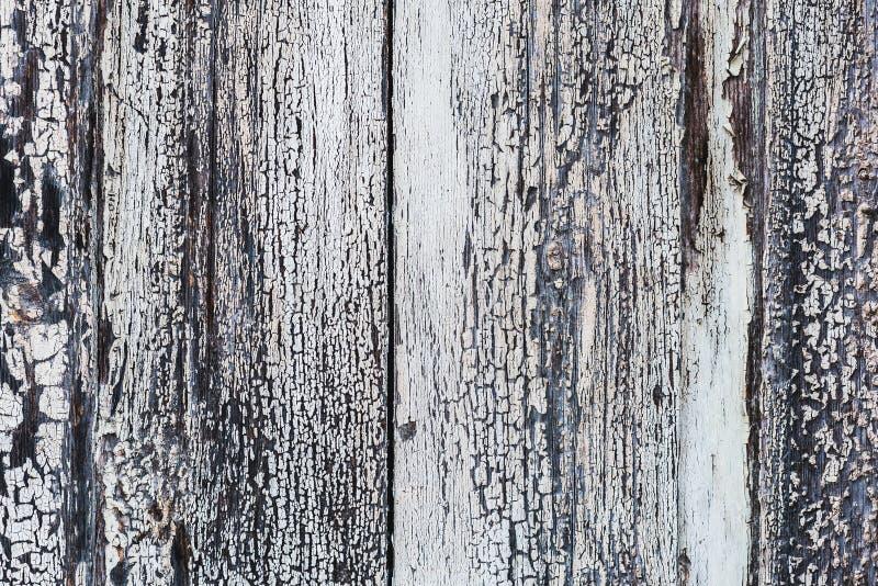 Struttura di legno con la pelatura pittura e delle crepe bianche fotografie stock