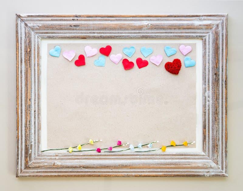 Struttura di legno d'annata con i cuori e fiore per il San Valentino fotografie stock libere da diritti