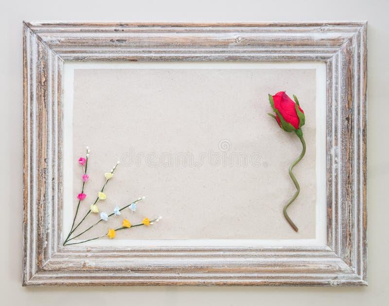 Struttura di legno d'annata con rosa e fiore per le sedere di San Valentino fotografia stock libera da diritti