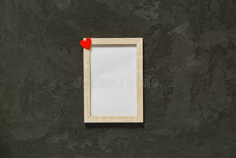 Struttura di legno della foto con cuore rosso su fondo nero Modello immagini stock