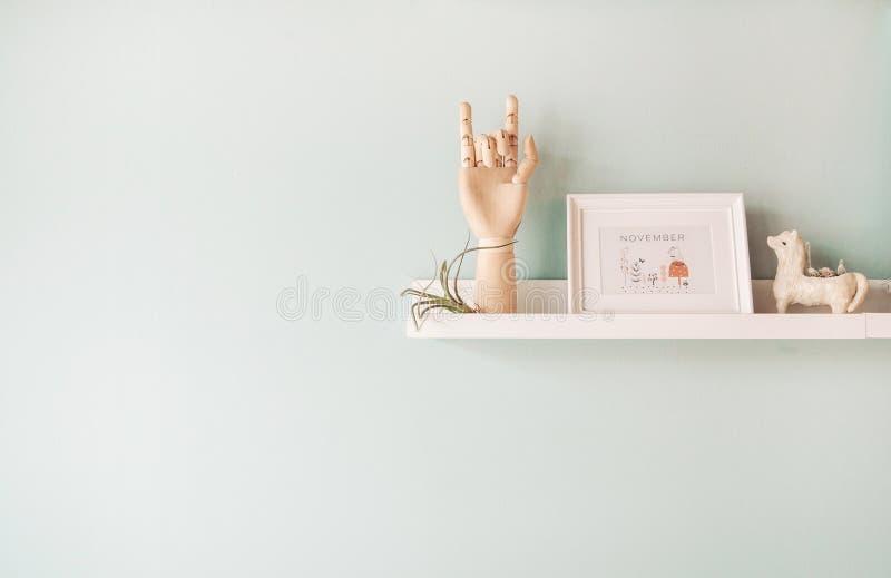 Struttura di legno della foto della mano che decora bambola ceramica e tillandsia p fotografia stock