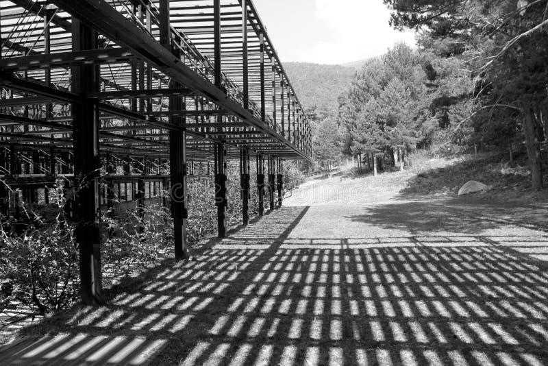 Struttura di legno di architettura con le ombre in una foresta a Cercedilla, Spagna fotografie stock