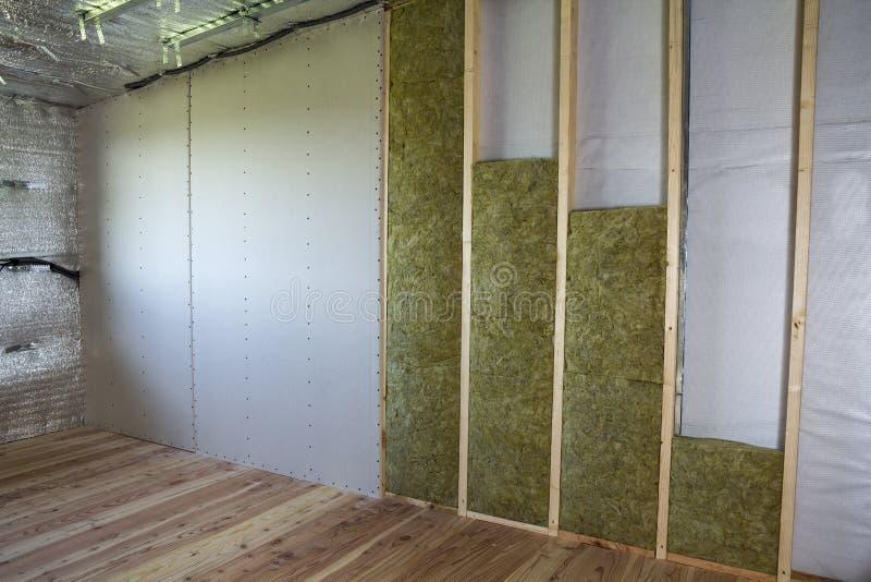 Struttura di legno per le pareti future con i piatti del muro a secco isolati con fotografia stock libera da diritti