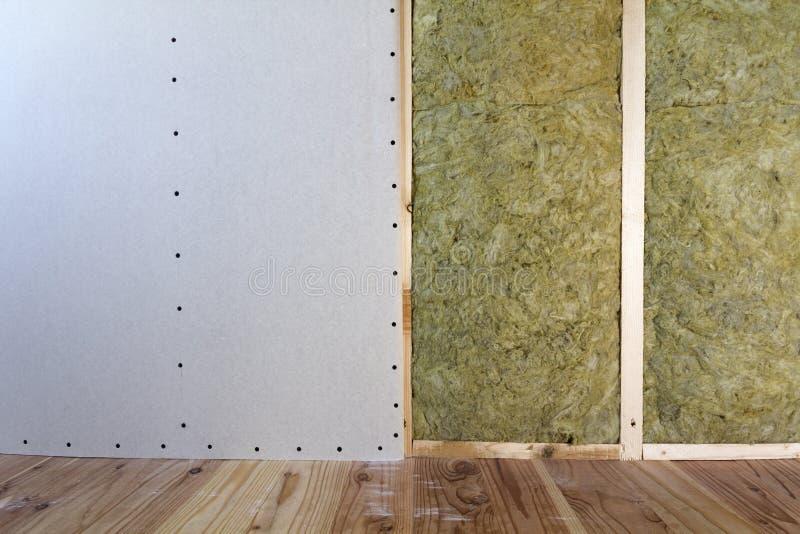 Struttura di legno per le pareti future con i piatti del muro a secco isolati con fotografie stock