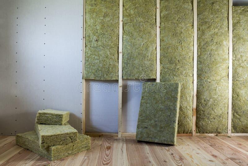 Struttura di legno per le pareti future con i piatti del muro a secco isolati con immagine stock libera da diritti
